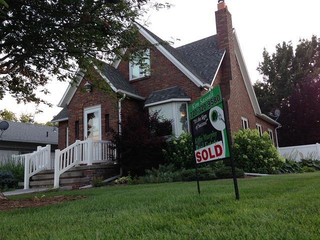 cihovlý dům, bílé zábradlí, prodáno